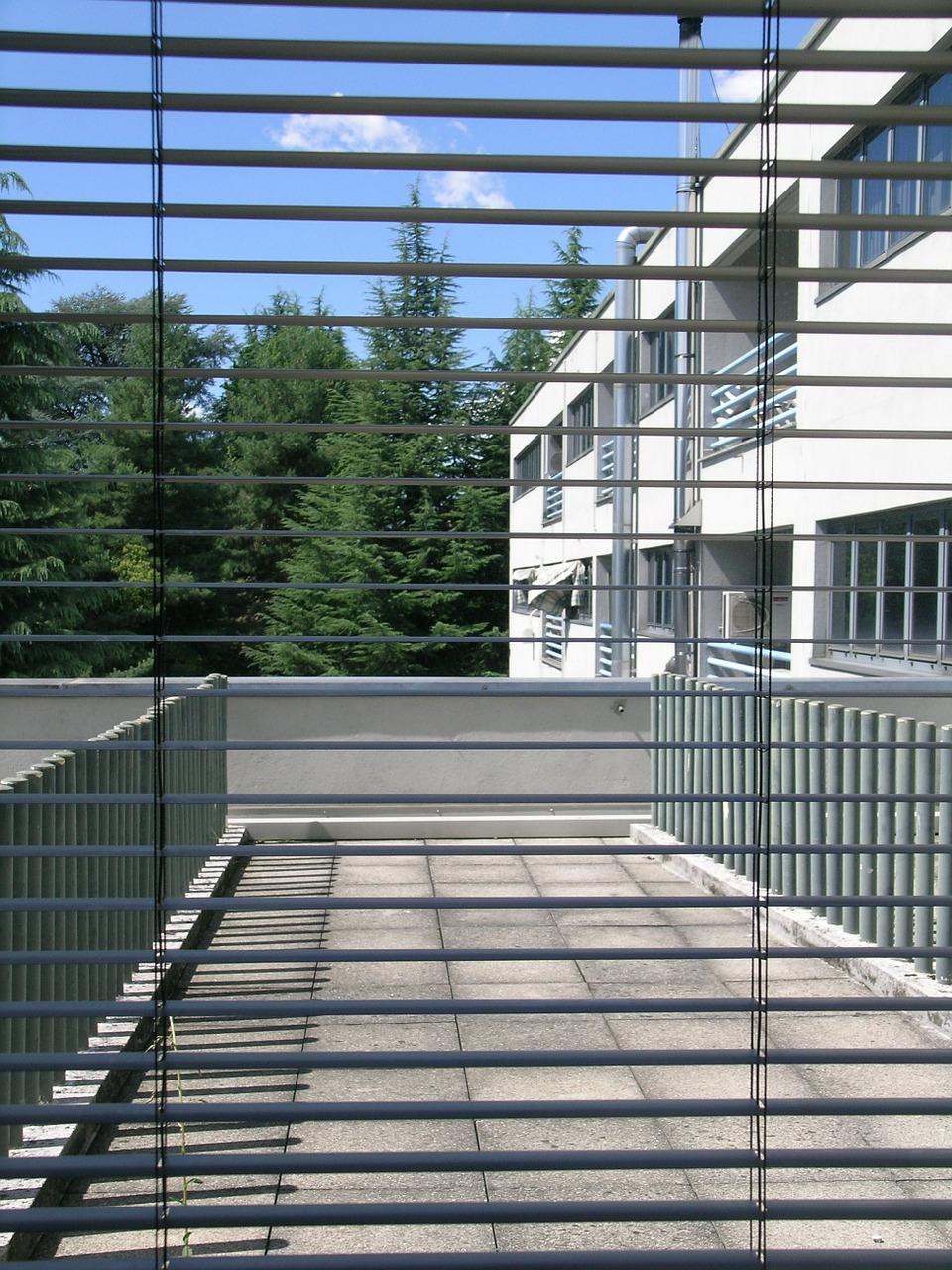 Typy rolet – rolety materiałowe, aluminiowe, drewniane i kasetowe w Warszawie